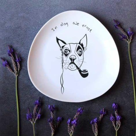 """""""פיליפ"""" - צלחת מאוירת עם איור כלב. illustrated plate with a drawing of a dog: """"In dog we trust"""""""